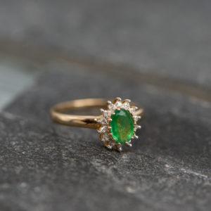 14 karaats geel gouden entourage ring met smaragd