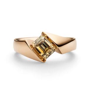 Design ring Calla met één champagne gekleurde smaragd geslepen diamant