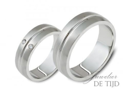 Edelstalen trouwringen 5 mm breed, met 2 briljant geslepen diamanten