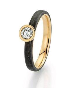 Abrikoos gouden solitairering met carbon en één briljant geslepen diamant