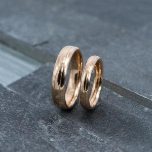 Rosé gouden trouwringen met V-groef Henrich&Denzel