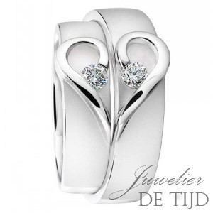 Trouwringen 6mm breed met hart vorm en 2×0,10ct briljant geslepen diamanten