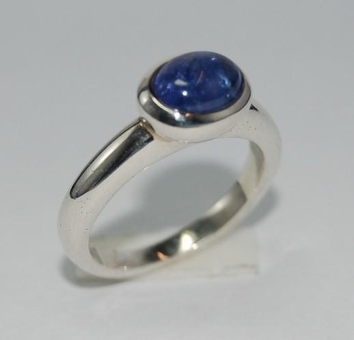 Zilveren handgemaakte ring met tanzaniet