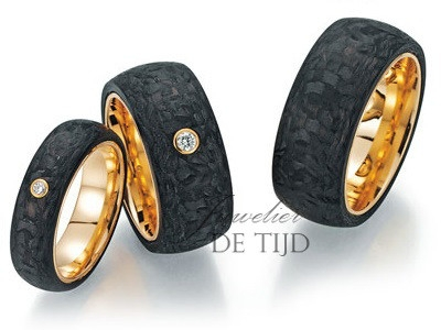 Abrikoos gouden met carbon trouwringen en 1 briljant geslepen diamant 10mm breed
