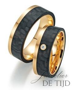 Abrikoos gouden met carbon trouwringen en 1 briljant geslepen diamant 7mm breed