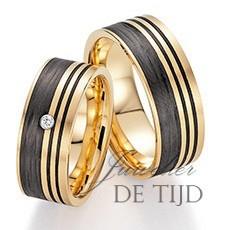 Abrikoos gouden met carbon trouwringen en 1 briljant geslepen diamant 8mm breed
