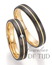 Abrikoos gouden met carbon trouwringen en 1 briljant geslepen diamant 4mm breed