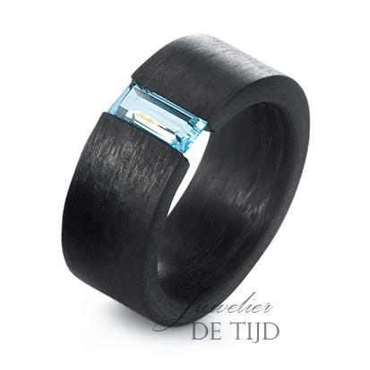 Carbon ring 9mm breed met blauwe Topaas steen
