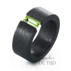 Carbon ring 9mm breed met Peridot steen