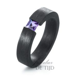 Carbon ring 5mm breed met Amethist steen