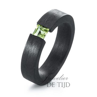 Carbon ring 5mm breed met Peridot steen