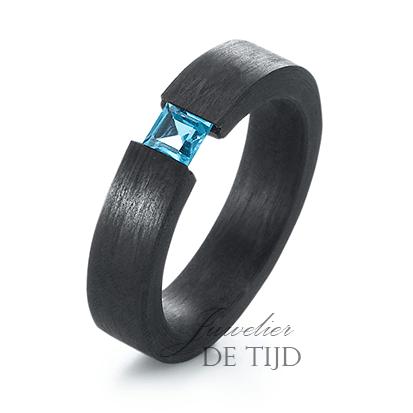 Carbon ring 5mm breed met blauwe Topaas steen
