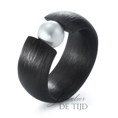 Carbon ring 10mm breed met zoetwater parel