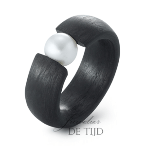 Carbon ring 8mm breed met zoetwater parel