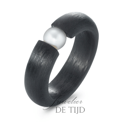 Carbon ring 6mm breed met zoetwater parel