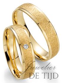 Geel gouden trouwringen 5mm breed met 1 briljant geslepen diamant