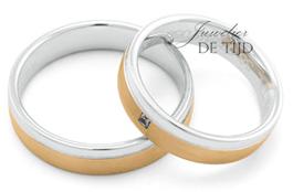 Abrikoos met wit gouden trouwringen 5mm breed met 1 briljant geslepen diamant