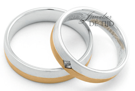 Wit metAbrikoos gouden Trouwringen 5mm breed met 1 briljant geslepen diamant