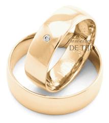 Abrikoos gouden trouwringen 6mm breed met 1 briljant geslepen diamant