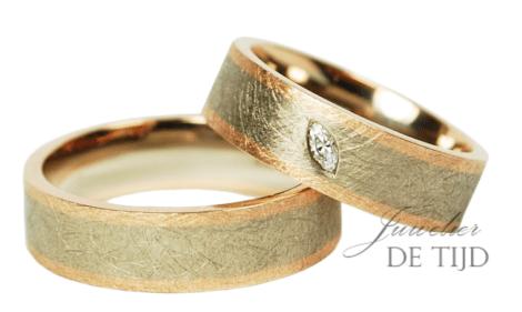 Bi-color rosé/wit gouden trouwringen met marquise geslepen diamant