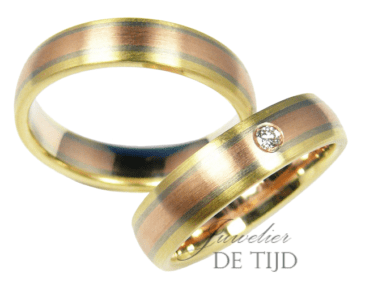 Tri-color geel, wit en rosé gouden trouwringen met één briljant geslepen diamant