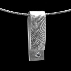 Gouden of zilveren hanger met vingerafdruk en briljant