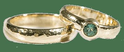 14 karaats geel gouden hamerslag trouwringen met peridoot
