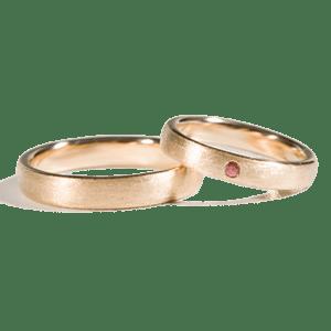 14 karaats geel gouden trouwringen met robijn