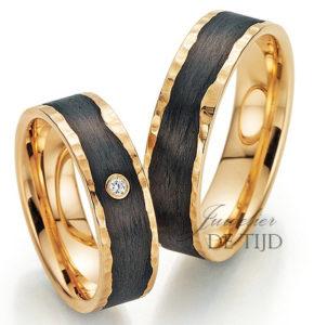 Abrikoos met carbon gouden trouwringen en 1 briljant geslepen diamant