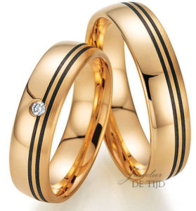 Abrikoos gouden met carbon trouwringen en 1 briljant geslepen diamant