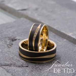 Abrikoos gouden met carbon trouwringen en 5 briljant geslepen diamanten 7mm breed