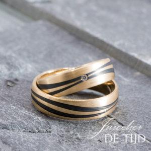 Abrikoos gouden met carbon trouwringen en 1 briljant geslepen diamant 6mm breed