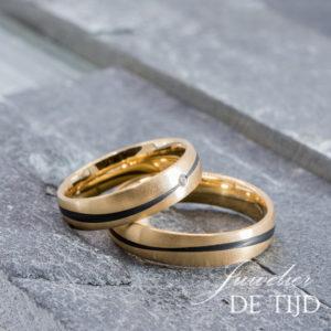 Abrikoos gouden met carbon trouwringen en 1 briljant geslepen diamant 5mm breed