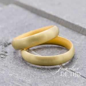 Klassieke 18 karaats geel gouden trouwringen 5mm breed model Navet