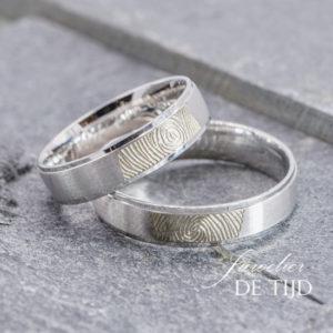 Wit gouden trouwringen met vingerafdruk