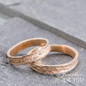 Rose gouden trouwringen met 5 briljant geslepen diamanten