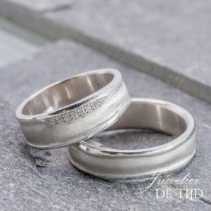 Wit gouden trouwringen met 8 briljant geslepen diamanten