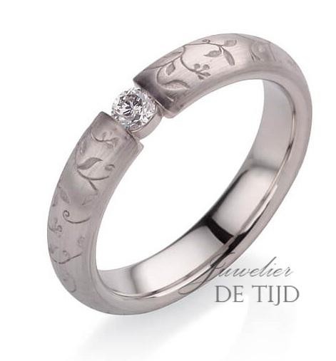 Flora rozenring 4mm breed met 0,10ct briljant geslepen diamant
