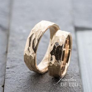 14 karaats warm gouden trouwringen 6mm breed met één briljant geslepen diamant