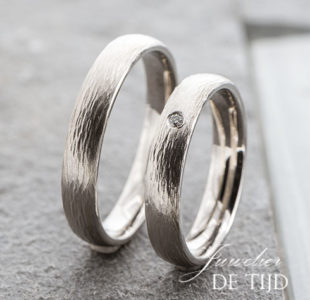 platina trouwringen 4mm breed met één briljant geslepen diamant