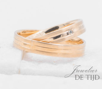 Abrikoos gouden trouwringen 4mm breed met 1 briljant geslepen diamant