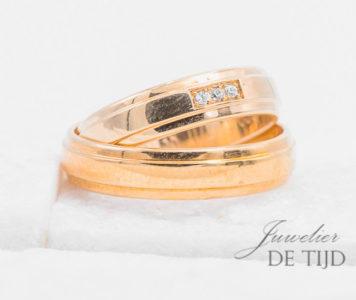 Abrikoos gouden trouwringen 5mm breed met 3 briljant geslepen diamanten