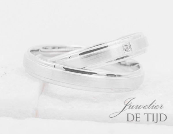 Wit gouden Trouwringen 4mm breed met 1 briljant geslepen diamanten