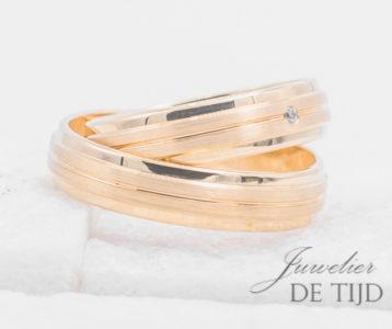 Abrikoos gouden trouwringen 5mm breed met 1 briljant geslepen diamant