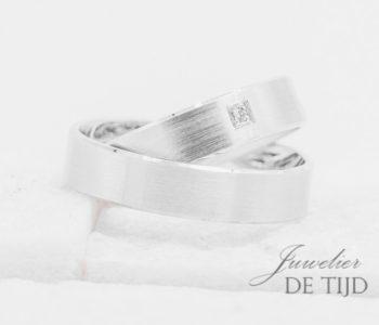 Wit gouden Trouwringen 5mm breed met 1 briljant geslepen diamant