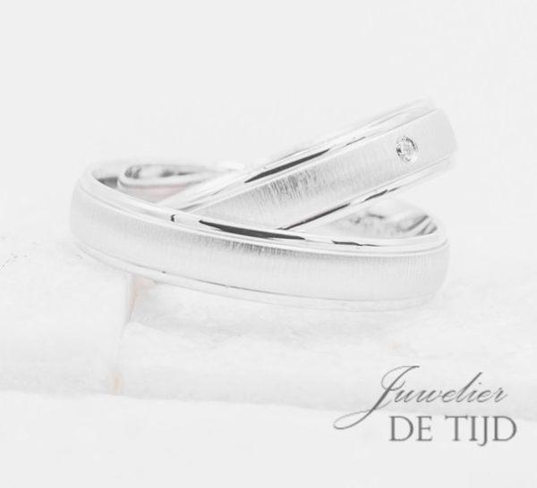 Wit gouden Trouwringen 4,5mm breed met 1 briljant geslepen diamant
