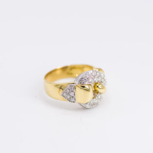 18 karaats bicolor geel- met witgouden ring rijk versierd met vele briljanten