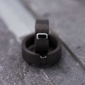 Carbon spanring met één zwarte diamant