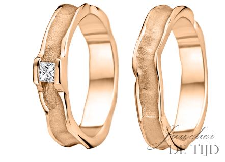 Gouden trouwringen 5mm breed, met princess geslepen diamant