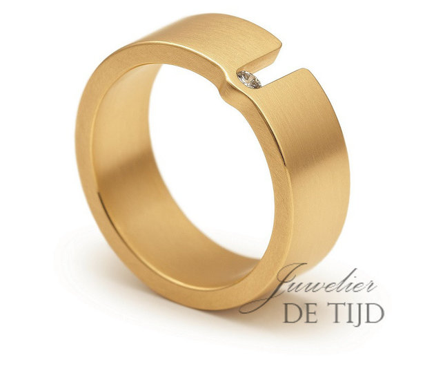 Wit of geel gouden design trouwring Touché 7mm breed
